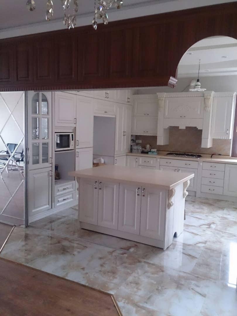 آشپزخانه کلاسیک با تم قهوه ای و سفید